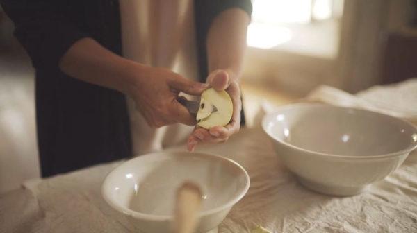 Maria Teresa di Marco taglia mele